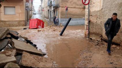Pla general d'un dels carrers de Santa Bàrbara, al Montsià, inundat per la pluja