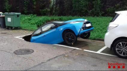 A Viladecavalls un cotxe aparcat ha estat afectat per un esvoranc