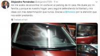 El president del PP a Catalunya , Alejandro Fernández, va mostrar les pintades en el seu vehicle en una piulada ahir