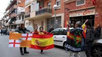 Participants de les jornades de VOX amb banderes espanyoles a les portes del restaurant on se celebra la trobada