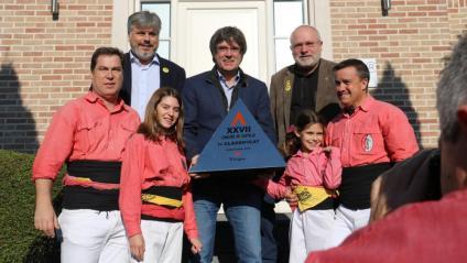 Carles Puigdemont rep el premi del Concurs de Castells per part de la Colla Vella dels Xiquets de Valls a Waterloo