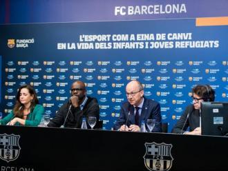 D'esquerra a dreta, Maria Vallès, Lilian Thuram, Jordi Cardoner i Panos Papoulias durant la presentació de l'informe a la sala de premsa Ricard Maxenchs del Camp Nou
