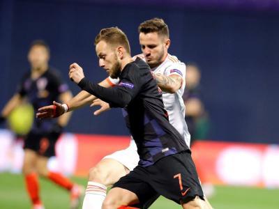 Rakitic, frec a frec amb Saúl durant el Croàcia-Espanya disputat dijous a Zagreb.