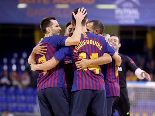 Els jugadors del Barça s'abracen després d'un dels tres gols que van fer ahir al Palau