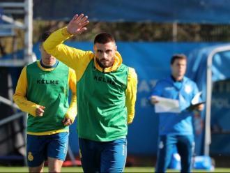 David López s'entrena a la ciutat esportiva Dani Jarque sota l'atenta mirada de Rubi, al fons de la imatge