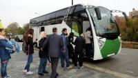 Passatgers pujant a l'autobús per fer el trajecte de Manresa a Terrassa