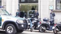 Un vehicle i agents de la Guàrdia Civil a les portes de la seu de l'Autoritat Catalana de la Competència