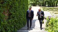 El president del govern espanyol, Pedro Sánchez, escolta les explicacions del de la Generalitat, Quim Torra, als jardins de La Moncloa el 9 de juliol passat