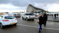 Treballadors espanyols, travessant ahir la frontera de Gibraltar