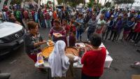 Immigrants hondurenys fan cua per rebre menjar a la ciutat mexicana de Mexicali