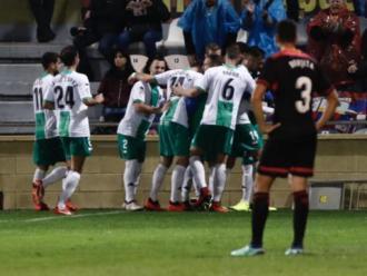 Borja Herrera es lamenta mentre els jugadors de l'Extremadura celebren un gol
