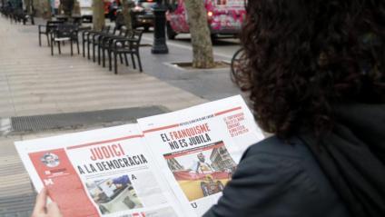 Pàgines de la publicació contra el judici als presos polítics que ahir va distribuir Òmnium al metro de Barcelona