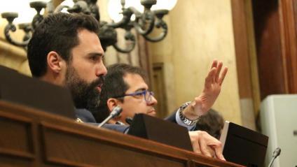 El president del Parlament, Roger Torrent, gesticula en dirigir-se als grups