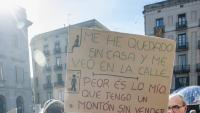 Persones sense llar, protestant a la plaça Sant Jaume de Barcelona