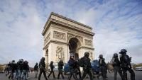 Un grup de policies desplegats al voltant de l'Arc de Triomf, dissabte a París