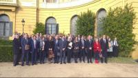 Imatge de grup dels representants d'institucions que van participar ahir en la trobada al Palau de Pedralbes