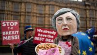 Una activista anti-Brexit disfressada de May es manifesta, ahir, davant del Parlament de Westminster