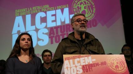 El diputat de la CUP Carles Riera i la portaveu del SEPC, Laia Casas, ahir, presentant la campanya 'Alcem-nos' per mobilitzar el país durant el judici