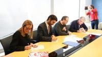 Moment de la signatura de l'acord entre els sindicats i el conseller Puigneró