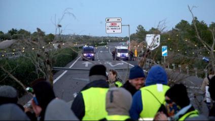 Membres dels CDR, tallant el pas de l'AP-7 al seu pas per l'Ampolla, dissabte passat, davant dues furgonetes dels Mossos