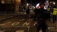 Un policia vigila un carrer després d'un tiroteig a Estrasburg
