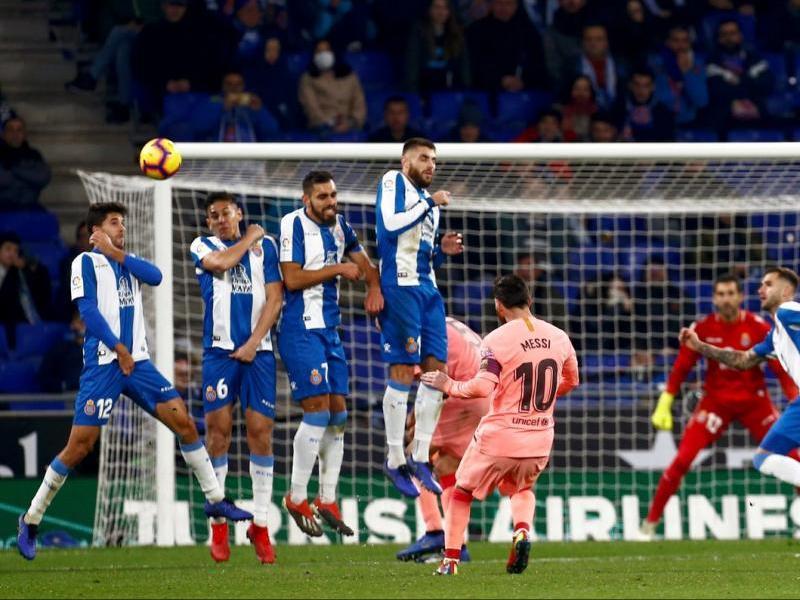 Amb aquest llançament magistral, Leo Messi va batre Diego López per segon cop de falta en el derbi de dissabte