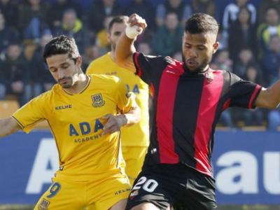 Gus Ledes i Jonathan Pereira es disputen una pilota, en una acció del partit d'ahir a Santo Domingo