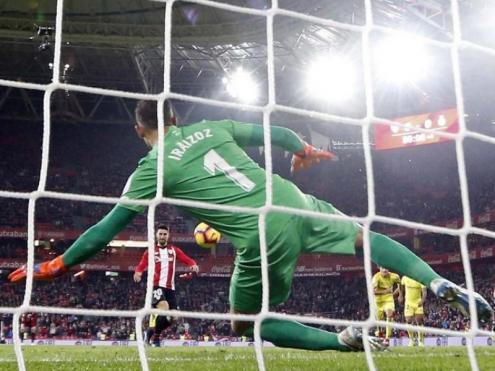 Gorka Iraizoz es llança en el penal que va donar la victòria a l'Athletic