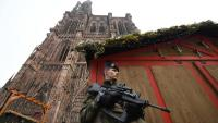 Un militar fent guàrdia davant de la catedral d'Estrasburg, prop d'on hi va haver l'atemptat, dimarts al vespre