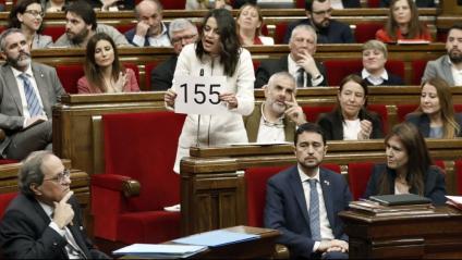 La cap de l'oposició, Inés Arrimadas, mostra un cartell amb el 155 al president, Quim Torra, ahir en la sessió de control
