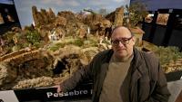 Ferran Fonte, davant del pessebre popular que presideix l'exposició especial del 75è aniversari a la Sala Muncunill de Terrassa
