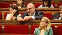 La portaveu del govern, Elsa Artadi, i els diputats de JxCat Eduard Pujol i Gemma Geis, durant el ple del 5 del passat juliol