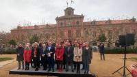 Alcaldes, càrrecs i regidors del PSC, davant del Parlament ahir al matí