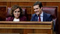 El líder del PP, Pablo Casado, amb la portaveu Dolors Montserrat als escons del Congrés