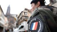Un soldat, fent guàrdia, ahir, prop del lloc on es va produir l'atemptat de dimarts a Estrasburg