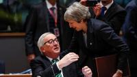 May saluda el cap de la Comissió Europea, Jean-Claude Juncker, en la reunió de líders, ahir a Brussel·les