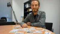 El professor Jesús Ortiz , al seu despatx de la Facultat de Ciències de la UdG, amb diverses cartes del joc Ictio
