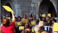 Cartells grocs, amb el colom de la pau, en una de les moltes concentracions a la plaça del Vi