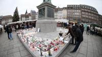 Un home deixa flors prop del mercat de Nadal d'Estrasburg, on va tenir lloc l'atemptat