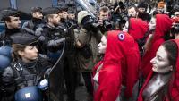 Unes manifestants, davant d'un cordó policial, ahir a París