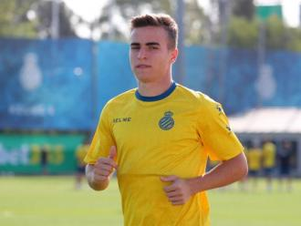 Adrià Pedrosa, entrenant-se a la gespa de la ciutat esportiva Dani Jarque