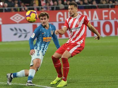 Antoine Griezmann i Àlex Granell pugnen per una pilota durant l'últim partit entre el Girona i l'Atlético a Montilivi