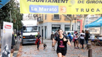 Una noia participant a la Marató per la Marató dels Bombers aquest diumenge
