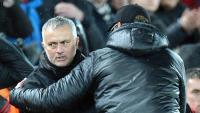 Mourinho saludant diumenge Klopp després de la derrota