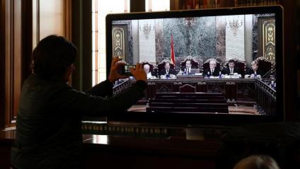 Un dels monitors ubicats a la sala de premsa per seguir el judici del procés