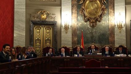 Els advocats de les defenses, ahir, amb el tribunal que jutjarà els líders independentistes