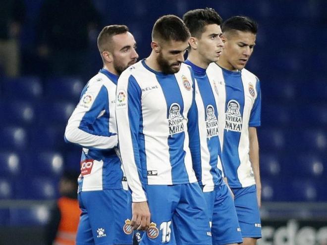 Els jugadors de l'Espanyol abandonen  el camp capcots