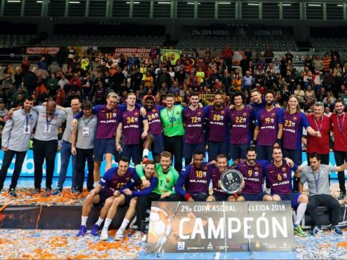 La plantilla i el cos tècnic del Barça Lassa, amb el trofeu de campions de la copa Asobal