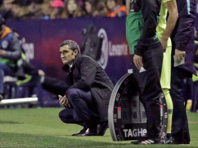 Valverde observa el partit contra el Llevant ajupit a la banda