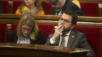 El vicepresident Pere Aragonès i la consellera Elsa Artadi, durant el ple d'ahir
